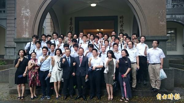 日本東京駒場東邦高校師生在梅姬風雨中到訪台南一中。(記者王俊忠攝)