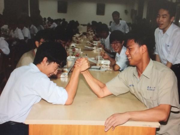 日本東京駒場東邦高校學生代表(左前)與南一中學生比試腕力。(記者王俊忠翻攝)