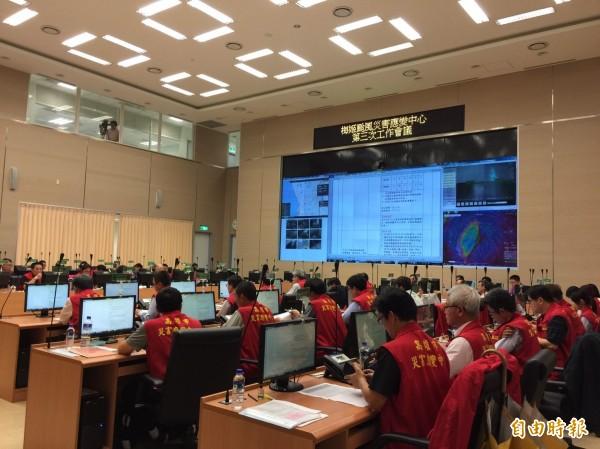 高市府傍晚召開梅姬颱風第三次工作會議,花媽向市民表示歉意。(記者葛祐豪攝)