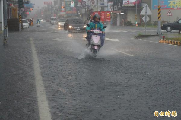 台南早上大雨不斷,永康大灣路等低窪路段積水情況再現。(記者林孟婷攝)