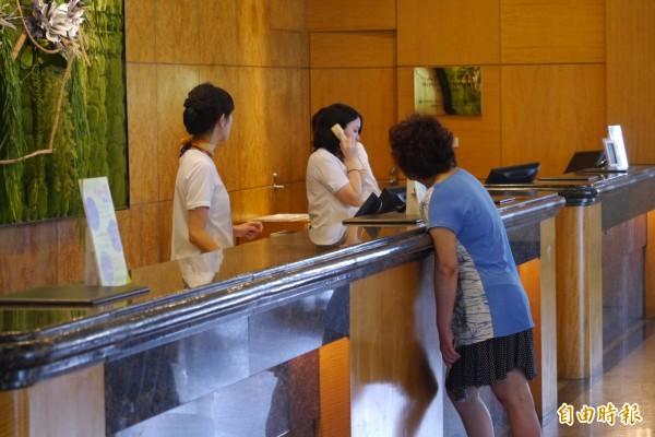 花蓮美侖飯店昨晚率先發起「住房優惠」,又提供午餐、下午茶及晚餐半價回饋,消息一出,飯店訂房、訂餐電話立刻滿線。(記者王峻祺攝)