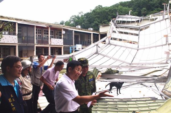 教育部長潘文忠到苗栗南庄國小探視,該校因梅姬颱風,導致整片鐵皮屋頂掉落,正在搶修中。(教育部提供)