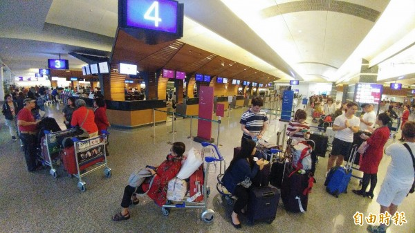因颱風取消班機無法成行的旅客等候補位。(資料照)