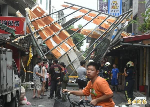 颱風梅姬橫掃全台。(記者廖振輝攝)