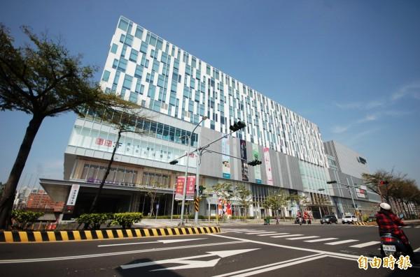 梅姬颱風暴風圈已脫離本島,台南市百貨公司調整營業時間。(記者林耀文攝)