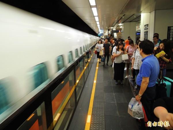由於巡軌檢修工作順利,高鐵提早13時加開自由座列車疏運,14時後恢復正常班次營運。(資料照,記者黃旭磊攝)