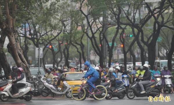 南部5縣市在梅姬襲台當天,採取放半天假的措施,讓民眾冒著風雨上下班。(資料照,記者黃志源攝)