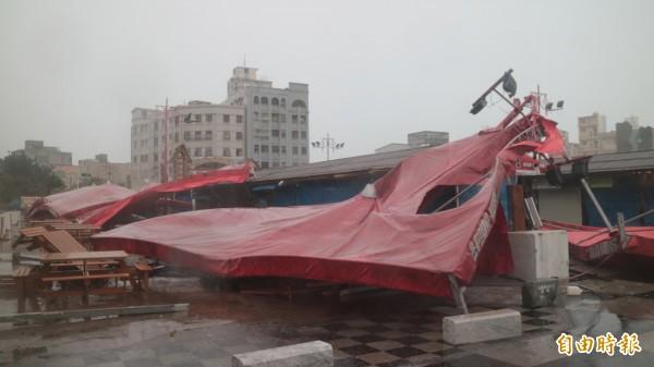 花蓮東大門夜市用餐區被吹得亂七八糟。(記者王錦義攝)