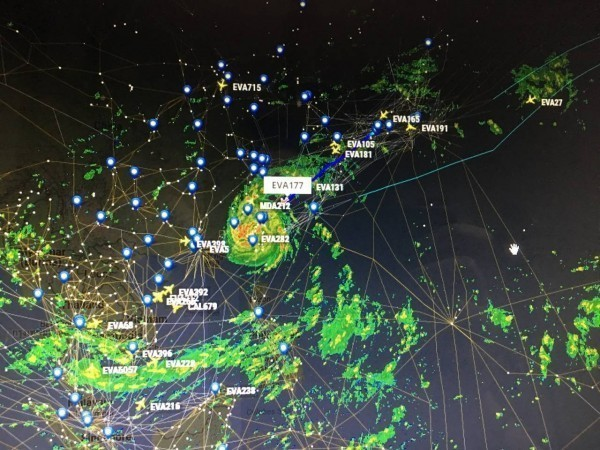 長榮在昨日晚間有數架班機降落,引起熱烈討論。(圖片擷取自PTT)