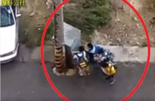 放半天假讓學生陷入更加危險的情況,有網友拍下學童頂著梅姬強風放學的影片。(圖擷取自臉書社團「爆料公社」)
