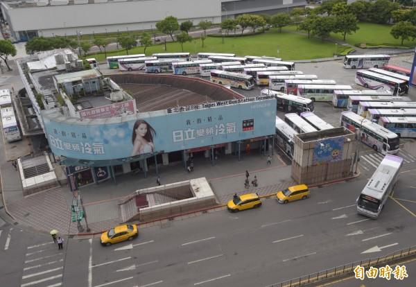 配合西區門戶計畫,台北西站B棟14條路線,從今起改至台北轉運站搭乘。(資料照,記者黃耀徵攝)