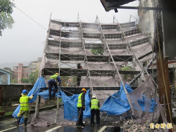 服務梅姬颱風災民,基隆市稅務局成立「災害減免勘查服務小組」主動輔導辦理稅務減免。(記者林欣漢攝)
