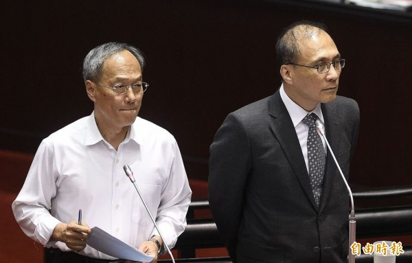 僑委會委員長吳新興(左)在立法院報告說到,僑委會研擬擴增在越南、印尼及馬來西亞的駐外人員。(資料照,記者陳志曲攝)