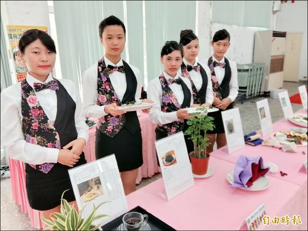 結合東山產業文化與環保淨山的活動下月八日登場,育德工家學生呈現東山咖啡、火龍果等農特產美食。(記者王涵平攝)
