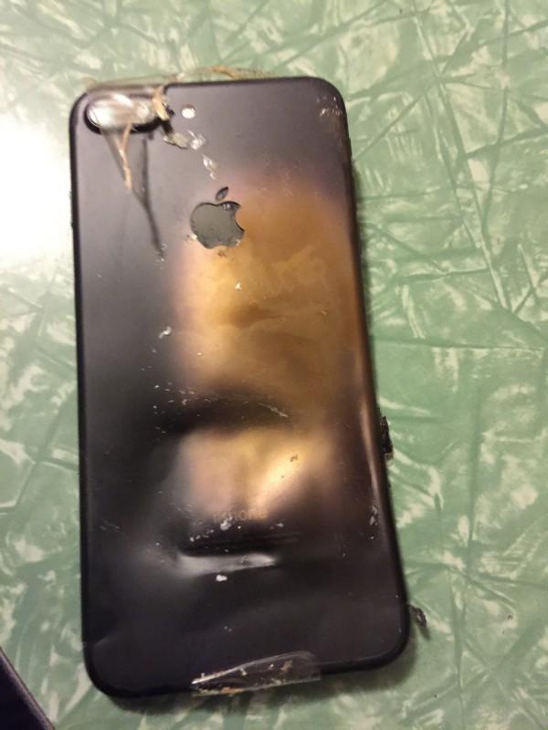 手機背殼也受爆炸威力波及,產生形變。(擷取自Reddit)