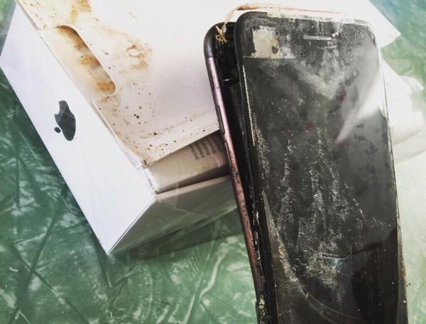 網友在美國知名論壇Reddit爆料,稱自己剛收到的iphone7在郵寄途中曾發生爆炸事件。(擷取自Reddit)