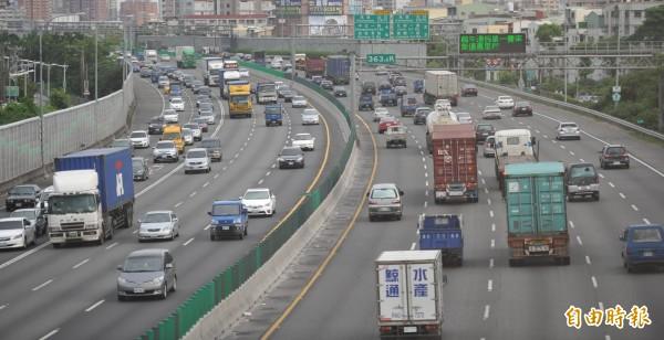 國慶連假將於下週末來臨,屆時國道部分路段將實施高乘載管制措施,或封閉部分入口匝道,國道全線於連假期間的夜間時段,也將雙向暫停收費。(資料照)