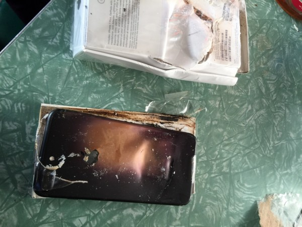 放置於盒子中,未啟動的全新Iphone7手機疑發生爆炸。(擷取自Reddit)
