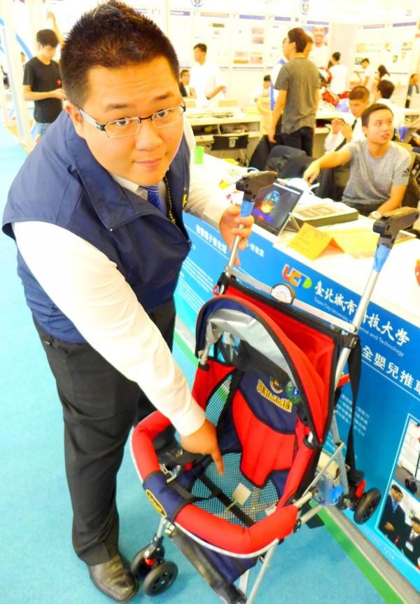 城市科大電通系師生作品「智慧安全嬰兒推車」奪「2016台北國際發明展」金牌,電通系男大生盧楚壹說明「智慧安全嬰兒推車」的發明原理。(城市科大提供)