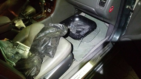 警方在車內發現陳男喝了半瓶的高梁酒及尋短用的烤肉架。(記者許國楨翻攝)