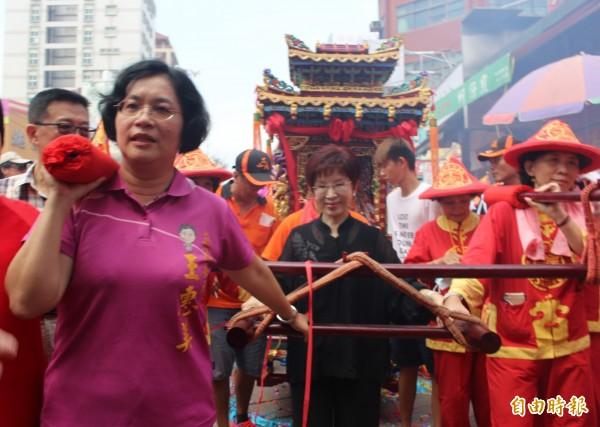 國民黨主席洪秀柱和黨籍立委王惠美,抬媽祖鑾轎進入鹿港天后宮。(記者張聰秋攝)