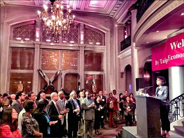 駐加代表處在蒙特婁ICAO大會會場附近舉行歡迎酒會,十多個友邦和友台國家民航代表及外交官員出席,民航局副局長何淑萍向與會嘉賓表示感謝。(中央社)