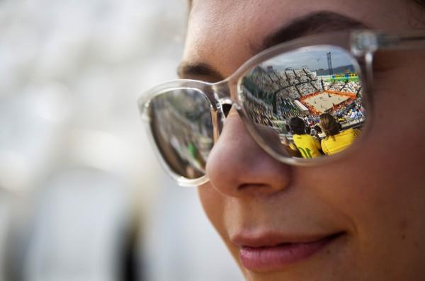 加拿大英屬哥倫比亞大學(University of British Columbia)的研究人員發現,只要在睡前2小時戴著太陽眼鏡,就能提升睡眠的品質。(美聯社)