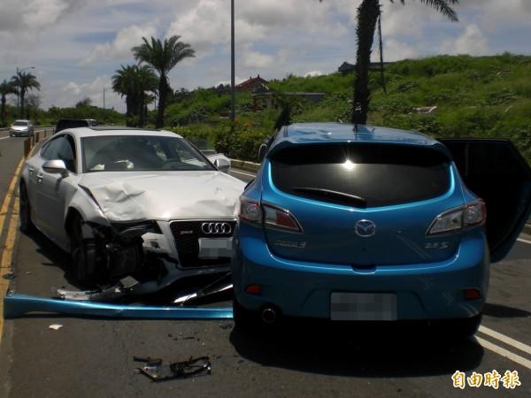 藍色馬自達迴轉不慎,遭奧迪RS7跑車攔腰撞上,導致RS7車頭毀壞。(記者李立法攝)