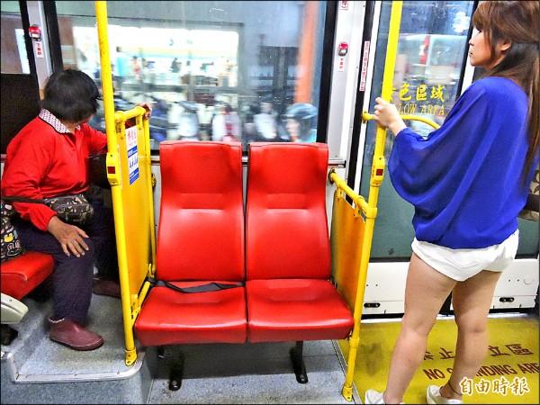 公車上的博愛座,民眾不一定會搶座,反而是尖峰人潮多,座位需求大,有人坐的機會才高。(記者何玉華攝)
