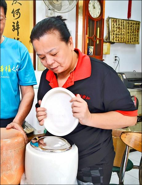 彰化縣議員張雪如經常協助弱勢家庭辦喪事,她強烈反對用「洗大體」的方式懲罰酒駕者。 (記者顏宏駿攝)
