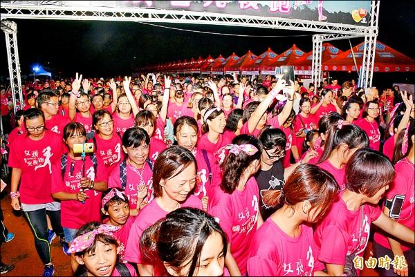 2500多名女孩穿著紅色T恤,參加馨光夜跑活動,一片粉紅人海,非常壯觀。(記者陳鳳麗攝)