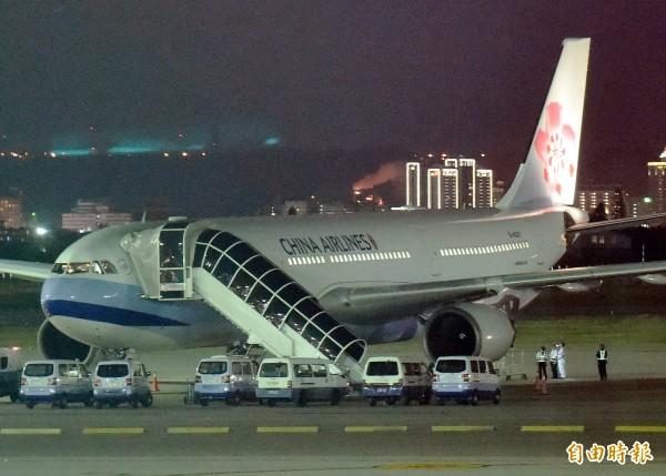 華航班機CI-704昨發生機尾擦地意外,一名資深機師研判,機尾之所以摩擦地面,應該是機師操作不當所致。(資料照,記者朱沛雄攝)