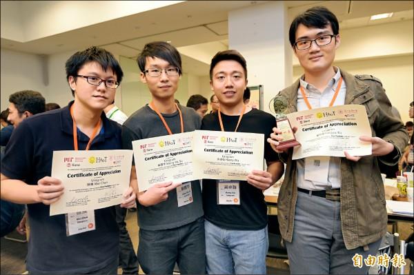 2016健康物聯網黑客松昨日閉幕,由顧芳瑜(右起)、吳卓翰、蘇醒宇和陳維設計研發的尿液檢測APP「優測」(UROGRAM)獲得第一名。 (記者張嘉明攝)