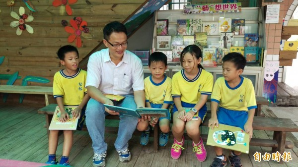 西港松林國小校長張志全(左二)講故事給學生聽。(記者楊金城攝)