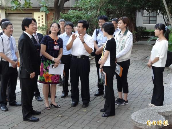 教育部長潘文忠(中)到南市校園勘查風災受損情形。(記者劉婉君攝)