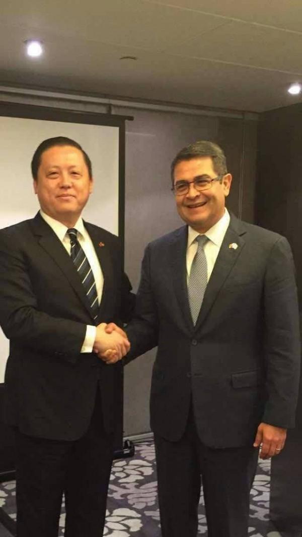 國瑞集團董事長林博文(左)與宏都拉斯總統葉南德茲(右)是多年好友,難得在台灣會面彼此也惺惺相惜。(記者謝介裕翻攝)