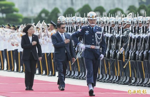 蔡英文總統今天上午於兩廳院廣場,以軍禮歡迎來訪的宏都拉斯總統葉南德茲伉儷,蔡英文與葉南德茲共同走在紅地毯上,檢閱三軍儀隊。(記者林正堃攝)