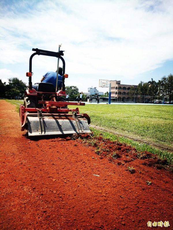 維持紅土,需要耗費大量時間翻土、除草,卻能常保土地呼吸。(記者李容萍攝)