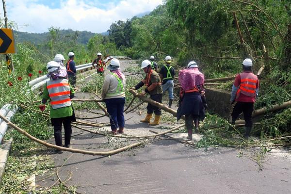 經連日搶修,寶山等部落電力已陸續恢復,藤枝林道9K及14K嚴重受損路段也已搶通。(圖由行政院南服中心提供)