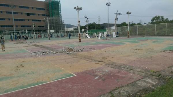 輔仁大學為了辦世大運,竟趁日前梅姬颱風來臨時,偷拆學校籃球場、排球場,引起所有愛好運動學生的公憤。(圖擷自臉書專頁靠北輔大)