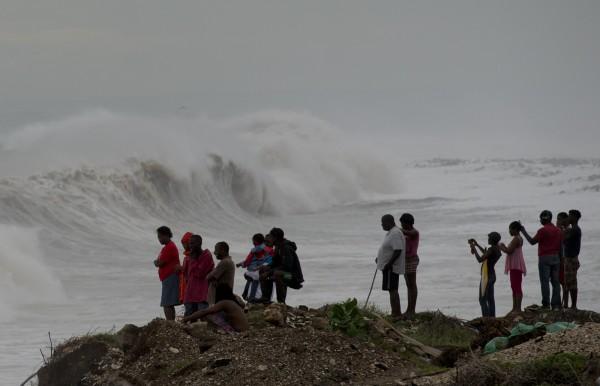 在牙買加有民眾在岸邊觀看馬修颶風帶來的巨浪。(美聯社)