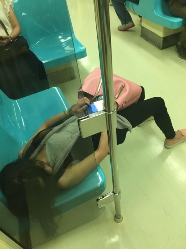 該女子上半身躺在座位上,但腰部以下卻呈現懸空狀態,雙腳著地,許多網友看到這誇張睡姿都直呼「腰好痠」。(圖擷取自Dcard)