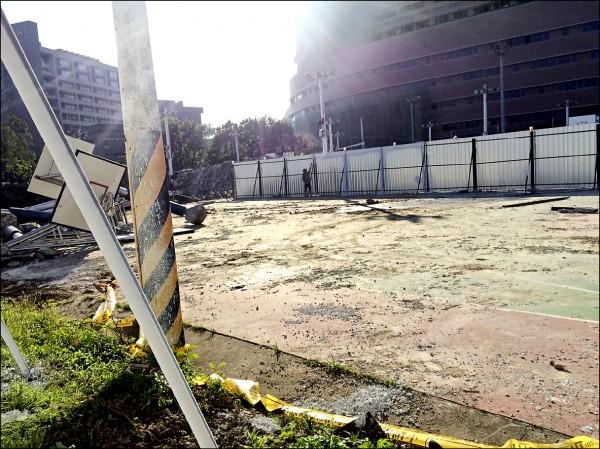 配合世大運足球場看台新建工程,輔仁大學貴子球場的籃球場封閉施工。(民眾提供)