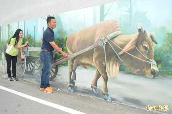 和美鎮還社里牆面呈現出3D彩繪圖案,民眾可以和壁畫大玩互動遊戲。(記者湯世名攝)