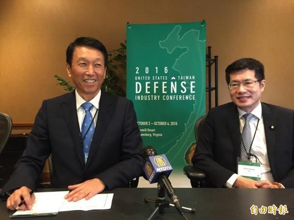 台灣國防部副部長李喜明(右)與民進黨立委羅政政(左)。 (記者曹郁芬攝)