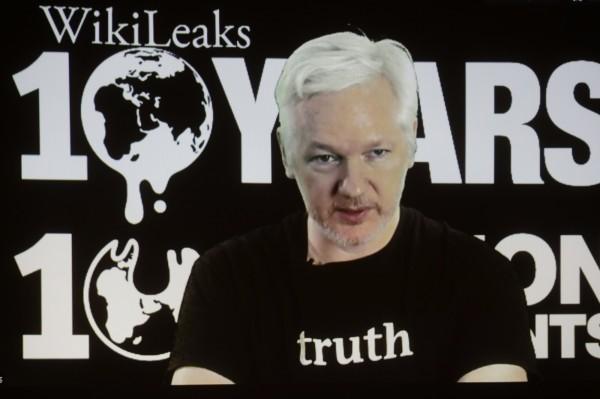 《維基解密》創辦人阿桑吉近日爆料指出,美國民主黨總統候選人希拉蕊在擔任美國國務卿期間,曾計畫以無人機暗殺他。(美聯社)