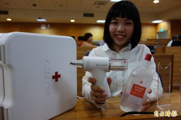 台科大學生楊雅筑、昝亭瑜則是推出「手持創傷清洗器」,利用超音波震動,加上清水,用震盪產生的空穴作用進行傷口清潔。(記者吳柏軒攝)