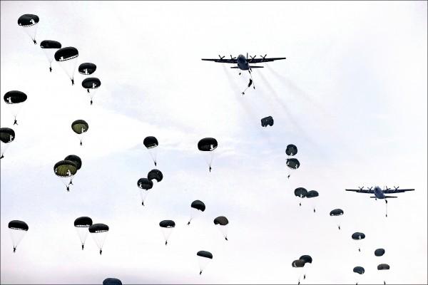 印尼部隊在拉奈空軍基地舉行的演習中,從C-130運輸機上跳傘而下。 (路透)