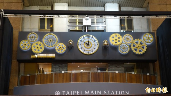 微風集團耗資2千萬,由日本船廠集團團隊純手工打造的嘟嘟鐘,今日於台北車站1樓大廳亮相。(記者鄭瑋奇攝)