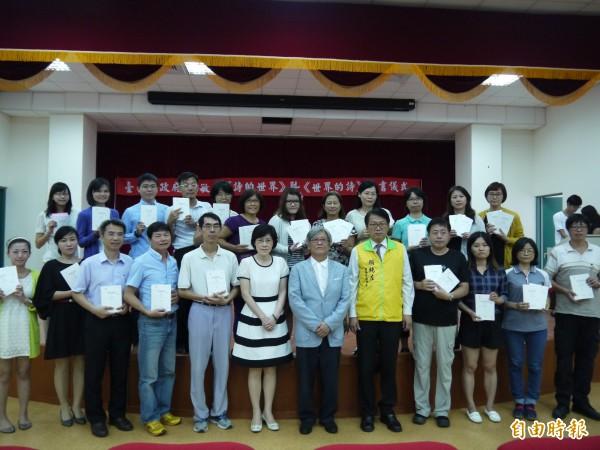 詩人李敏勇捐贈南市校園書籍,捐贈會由副市長顏純左主持。(記者洪瑞琴攝)